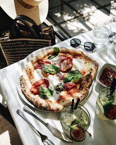 Julie Sarinana in Amalfi Coast, sincerelyjules Una fetta di pizza per favore. Cute Food, I Love Food, Good Food, Yummy Food, Tasty, Food Porn, Food Goals, Aesthetic Food, Summer Aesthetic