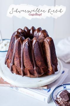 Schwarzwälder Kirsch Gugelhupf It was time again for a Gugelhupf! Nobody can deny a ring of cake in honor, as the skilled cake eater knows. Baking Recipes, Cake Recipes, Dessert Recipes, Desserts, Healthy Smoothies, Smoothie Recipes, Glaze For Cake, Cakes And More, Party Cakes