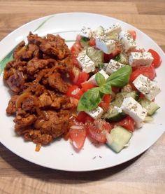 Low Carb Gyros Pfanne Rezept - diese köstliche Low Carb Gyros Pfanne mit griechischem Salat bringt euch das griechische Urlaubsflair direkt nach Hause auf den Teller!