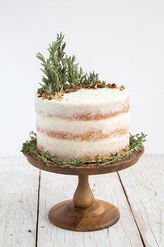 Rosemary Lemon Cake mit Lemon Curd Filling und Rosemary Buttercream – c e l e b r a t i O n s - KUCHEN Pretty Cakes, Beautiful Cakes, Food Cakes, Cupcake Cakes, Lemon Cake Filling, Lemon Curd Cake, Nake Cake, Cake Recipes, Dessert Recipes