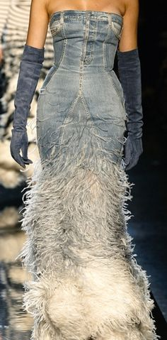 JPG couture: From jeans to denim dress with feathers. JPG Från jeans, byxor till denim klänning med fjädrar.