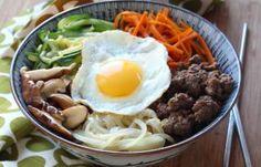 Rincez le riz plusieurs fois jusqu'à ce que l'eau soit claire puis faites-le cuire par absorption avec l'eau, soit à la casserole, soit dans un rice-cooker. Réservez au chaud. Mettez la viande hachée dans un bol et râpez l'ail pelé au dessus du bol.