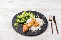 Spicy: Lecker gewürzte Kokos-Hähnchenspieße mit Brokkoli und Reis