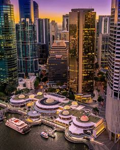 Spend your weekend over-indulging in the number of award winning restaurants at Eagle St Pier along the Brisbane river. Watch the world go by and the river come to life from the many bars restaurants and eateries that make up the Eagle Street Pier. Tag a friend who needs a night out! @britinbrisbane #MyBrisbane Brisbane Beach, Brisbane River, Brisbane Queensland, Queensland Australia, Beautiful Places To Travel, Beautiful Beaches, Aussie Australia, Australia Travel Guide, World Cities