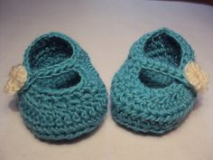 Crochet blue booties for a baby girl (ganchillo)