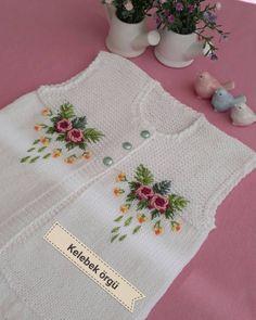 25 Baby Vest Shawl Knitting Pattern With Embroidered Floral Twist - Bebek yelek Knitting For Kids, Baby Knitting Patterns, Knitting Stitches, Baby Poncho, Crochet Baby Cardigan, Pull Bebe, Big Knit Blanket, Crochet Diy, Big Knits