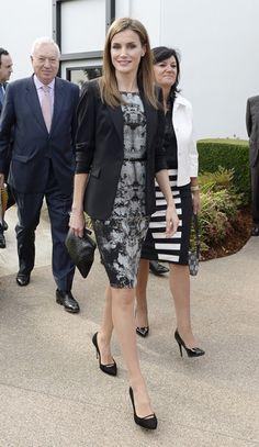 Más sencilla, pero igual de bella, Letizia 'tiró' nuevamente de fondo de armario y volvió a utilizar el vestido negro con estampado gris con...