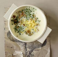 Eine sahnige Zwiebelsuppe mit Mascarpone, Bergkäse und Schnittlauch ist eine feine Vorspeise für ein edles Dinner im Herbst.