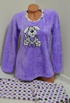 Много мека, топла и ефектна пухкава пижама в свежи цветове изработена от Софт. Горната част е с дълги ръкави в лилаво и апликация отпред. Долното е дълъг панталон в бяло, осеяно с лилави кръгчета. С тази пижама ще ви бъде топло и приятно през студените зимни нощи.