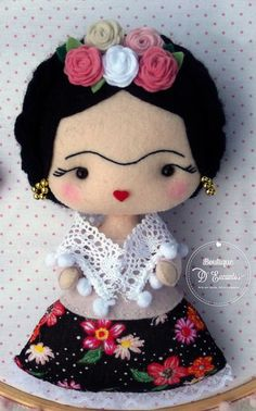 Boneca Frida Kahlo em Feltro feitas especialmente para você. Mais de 147 Boneca Frida Kahlo em Feltro: boneca de feltro, bonequinhas em feltro, boneca com chupeta, princesa de feltro, boneca com chupeta em feltro Felt Fabric, Fabric Dolls, Diy Doll Pattern, Sewing Crafts, Sewing Projects, Cute Kids Photography, Crafts For Kids, Arts And Crafts, Felt Patterns