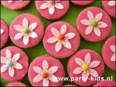 traktaties - Bloem op roze koek