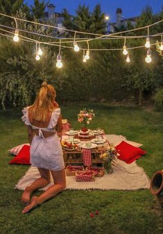 Anniversary ideas birthday backyard picnic summer picnic - date ideas date night idea romantic couple relationship love inspiration activity bucket list Night Picnic, Picnic Date, Summer Picnic, Beach Picnic, Summer Food, Romantic Backyard, Romantic Picnics, Romantic Dinners, Romantic Dinner Setting