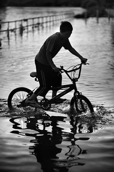 Nobuyuki Taguchi Photography - Bicycle by the River Thames, Richmond, London. S)