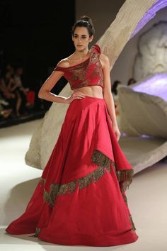 From Manish Malhotra to Rohit Bal, we have rounded up the top lehenga choli designs for Let's see which Indian lehenga trends will rule 2017 weddings! Choli Designs, Lehenga Designs, Blouse Designs, Indian Dresses, Indian Outfits, Lehenga Pattern, Lehnga Dress, Bandhani Dress, Gown Dress