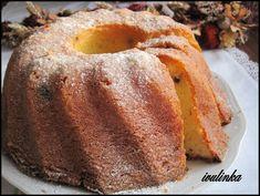 Změklé máslo utřeme se žloutky a cukrem, současně vmícháváme smetanu, mouku s práškem do pečiva, citronovou kůru, strouhané mandle a rozinky i s… Bread, Food, Lemon, Brot, Essen, Baking, Meals, Breads, Buns