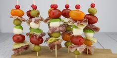 Antipasti spiesjes, traditioneel geserveerd voor de warme maaltijd maar ook zeker een goed idee als borrelhapje!