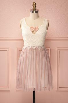 Shay ♥ Cette robe est un ensemble à elle seule, haut en dentelle flottant et jupe en tulle vieux rose.   This dress is an outfit by itself, with its flowy lace top and old pink tulle skirt.