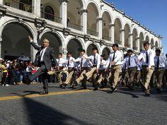 AREQUIPA. Alumnos y ex alumnos del colegio Independencia Americana desfilaron por aniversario 187 (GALERIA DE FOTOS) http://hbanoticias.com/10700