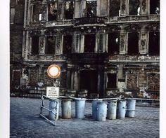 Foto von 1982. Vor der Ruine des Dresdener Stadtschlosses stehen Mülltonnen | Foto: Uwe Gerig