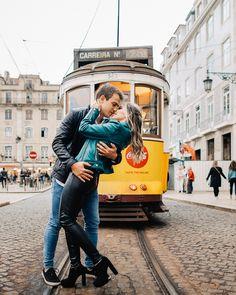 Com bondinho amarelo ao fundo ficou magnifica essa foto. Dream Art, Personal Photo, Destination Wedding, Hipster, Couples, Photo Ideas, Portugal, Sweet, Fashion
