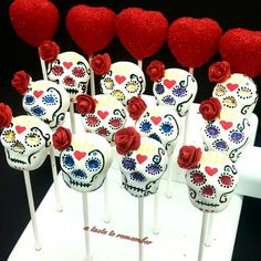 Sugar skull cake pops and heart cake pops - Poppige Cake pops - Kuchen Halloween Desserts, Postres Halloween, Halloween Cake Pops, Halloween Treats, Sugar Skull Cakes, Sugar Skulls, Chocolates, Sugar Skull Wedding, Day Of The Dead Cake