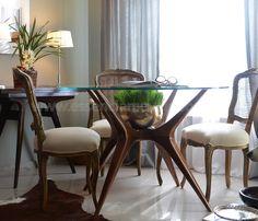 Mesa Galhos de Jantar, Traços inspirados nas obras de Vladimir Kagan.  Com design sofisticado e ao mesmo tempo natural, é uma das peças best-sellers da Essência Móveis. Uma excelente peça para dar vida nova ao seu ambiente.