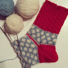 Now it's enough for a few pictures of socks. It's so unbelievable … - Easy Yarn Crafts Easy Yarn Crafts, Slipper Socks, Slippers, Fort, Knitting Socks, Yin Yang, Then And Now, Mittens, Christmas Stockings