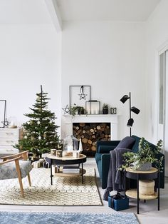 40 CHRISTMAS SPIRIT DECORATION IDEAS - Page 17 of 38 - newyearlights. com : christmas decor ideas; Christmas Interiors, Christmas Living Rooms, Christmas Room, Christmas Tables, Minimalist Christmas, Modern Christmas, Christmas Design, Christmas Ideas, Scandinavian Christmas Decorations