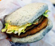 マクドナルドの限定ハンバーガー / 石のように灰色なハンバーガーが美味しい