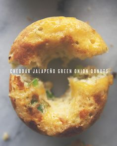 These cheddar jalapeño doughnuts are my new favorite things. They& savory donuts, easily baked, and full of spicy goodness! Tapas, Baked Doughnuts, Savory Donuts Recipe, Doughnut Muffins, Baked Donut Recipes, Donuts Donuts, Delicious Donuts, Fromage Cheese, Donut Maker