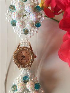 Die Armbanduhr (69) besteht aus vielen kleinen, weißen Glasperlen, weiß schimmernden Strassperlen und aus blau/kupfer farbenen Muranoperlen . Außerdem hat sie eine verstellbare Verlängerungskette. Alle meiner Uhren können sie in meinem Shop bei etsy erwerben unter dem Namen PerlenweltDesign