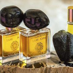 Leramoon1 sur Instagram: Metamorphose Lilas Cuir (Unisex) от Nadia Z @nadiaz_natural_luxury_perfume Это очень чувственный тонкий кожаный аромат… в… Perfume Bottles, Beauty, Beauty Illustration