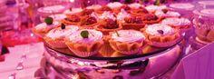 bocadillos dulces y luz de fondo como decoración de la boda