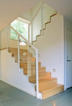 Resultado de imagen de holztreppe geschlossen halbgewendelt You are in the right place about Stairs garden Here we offer you the most beautiful pictures about the Stairs contemporany you are l Home Stairs Design, Railing Design, Interior Stairs, Dream Home Design, Staircase Storage, Staircase Railings, Stair Walls, Stair Lighting, House Front Design