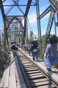 Panama y Costa Rica.El puente de un solo carril sobre el río Sixaola, una frontera natural entre los dos países centroamericanos, es utilizado por autos, camiones y peatones.