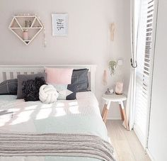 20 Chic Wallpaper Ideas For Stylish Bedroom Design - Home Decoration Dream Rooms, Dream Bedroom, Home Bedroom, Bedroom Furniture, Pretty Bedroom, Furniture Nyc, Bedroom Inspo, Bedroom Inspiration, Dining Furniture