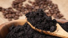 Healthy organic compost is essential to an equally healthy garden and plants. Make a compost with these 25 natural ingredients from your garden and home. Uses For Coffee Grounds, Coffee Uses, Coffee Type, Fresh Coffee, Coffee Coffee, Morning Coffee, Coffee Shop, Compost Soil, Composting 101