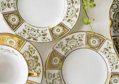 グリーンと豪華なゴールドの色合いが、気品ある雰囲気を醸し出しています。 英国王室のアン女王の結婚式の際に献上された由緒ある作品です。  ロイヤルクラウンダービー/Royal Crown Derby ダービーパネル・グリーン/Drerby Panel Green プレート 16cm