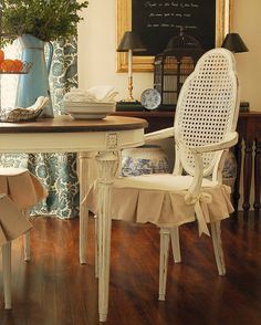 shabby chic dining room ideas with vintage dining chairs adorned with slipcovers for dining room chairs featuring ribbon on its arm Dining Room Chair Slipcovers, Dining Chair Seat Covers, Wooden Dining Chairs, Dining Room Chairs, Kitchen Chairs, Side Chairs, Dining Table, Shabby Chic Dining Room, Futuristisches Design