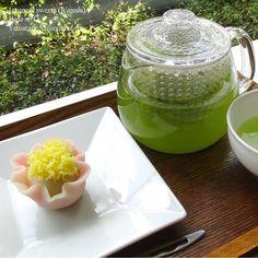 """鈴木其一《牡丹図》(山種美術館)をモティーフにした菊家特製の「華の王」。数ある花のなかで、王とも称される牡丹の絢爛と咲き誇るあでやかな姿が、和菓子に見事に再現されています。花びらの内側にはこしあんが隠れています。(山崎) Here is Wagashi, Japanese sweet, inspired by the exhibited Suzuki Kiitsu's work """"Peonies""""in A World of Flowers―from the Rimpa School to Contemporary Art exhibition at the Yamatane Museum of Art. #art #museum #wagashi #sweets #Japan #painting #onthetable #instafood #和菓子 #美術館 #foodphotography #Tokyo #東京 #日本画 #山種美術館 #アート #bean #japanesecuisine #foodpic #foodlover #instagramjapan…"""