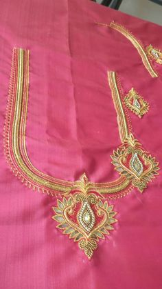 Best Blouse Designs, Simple Blouse Designs, Saree Blouse Neck Designs, Bridal Blouse Designs, Locket Design, Jewelry Design Drawing, Orange Saree, Maggam Works, Pakistani Dress Design