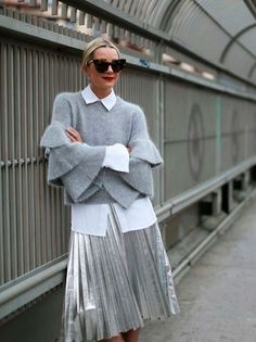 46 The Best Metallic Skirt Outfit For Fall Look Glamour Metallic Skirt Outfit, Silver Skirt, Look Fashion, Fashion Outfits, Fashion Tips, Fashion Trends, Fashion 2016, Milan Fashion, Fashion Clothes