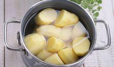 Eau de cuisson de pommes de terre L'eau de cuisson de pommes de terre est un désherbant naturel efficace et radical. Quand vous faîtes cuire vos patates, ne jetez pas l'eau de cuisson, c'est un excellent désherbant naturel pour vos allées et bordures de jardin. Il suffit d'arroser vos mauvaises herbes avec votre eau de cuisson encore bouillante et c'est tout. Ce geste simple répété à l'occasion contribuera à maintenir propres vos allées de jardin et dalles de terrasses.