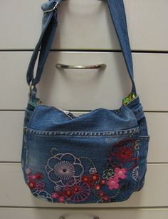 Kierrätys farkkulaukku - Recycled jeans bag Recycle Jeans, Old Jeans, Denim Bag, Recycling, Women's Fashion, Sewing, Bags, Beautiful, Fabric Purses