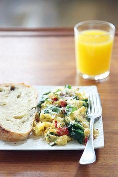 Омлет со шпинатом и вялеными томатами