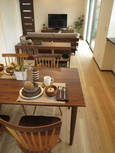 杉材の床にウォールナット材の家具でコーデ