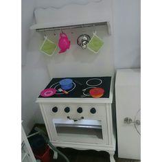 Basmati tiene mucho interés por la cocina, así que el regalo de reyes no podía ser otro... un conjunto de cocinita y fregadero, inspirado en varios pines que podeis ver en mi Pinterest - See more at: http://terroncitodesal.blogspot.com.es/#sthash.d6jgG1j0.dpuf