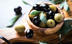 Καταναλώνοντας 3-4 ελιές τη μέρα ή 3 κουταλιές της σούπας ωμό έξτρα παρθένο ελαιόλαδο προστατεύετετον οργανισμό σας από τον καρκίνο. Spain, Tasty, Fruit, Olives, Food, Sevilla Spain, Essen, Meals, Yemek