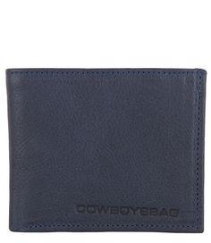 Wallet Staxton van Cowboysbag is een tijdloze portemonnee in een lederen jasje. De portemonnee is een tri-fold model en biedt voldoende ruimte (€59.95).