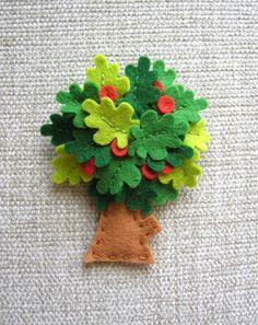 felt tree, would be a acute way to add layers to a quiet book page to put fruit under leaves Felt Diy, Felt Crafts, Fabric Crafts, Diy Crafts, Quiet Book Patterns, Felt Patterns, Felt Books, Quiet Books, Felt Tree